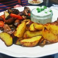 Ofengemüse mit Kartoffelspalten und Sour-Creme-Dip